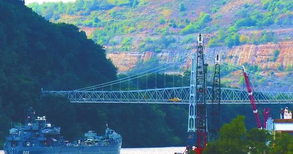 Navy ship museum navigates Ohio River